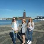 на фоне Стокгольмской ратуши